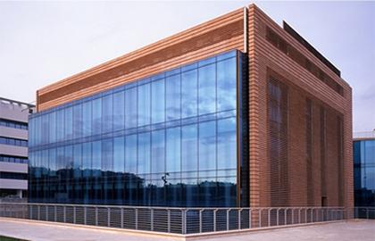 I mastri fornaciai cotto e vetro il contrasto antico for Casa di vetro contemporanea